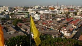 Cityscape van moderne oosterse stad Weergeven van huizendaken op straten van majestueus Bangkok van Gouden Ondersteltempel tijden stock video