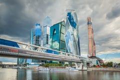 Cityscape van moderne wolkenkrabbers in Rusland De Stad van Moskou op een bewolkte de zomerdag Royalty-vrije Stock Afbeeldingen
