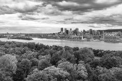 Cityscape van Montreal Horizon met Heilige Lawrence River in voorgrond van Islind van Heilige Helen stock fotografie