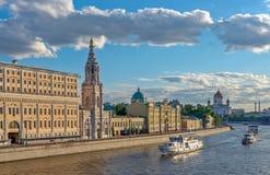 Cityscape van Moskou met rivierdijk Stock Afbeeldingen