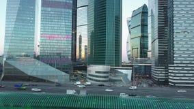 Cityscape van Moskou met verkeer en commercieel centrum, Rusland stock footage