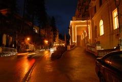 Cityscape van nacht lege straten in Bad Hofgastein, Oostenrijk stock fotografie