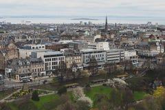 Cityscape van oude stad Edinburgh met klassieke Schotse gebouwen op Prinses Street naar Noordzee, Schotland, het UK royalty-vrije stock foto