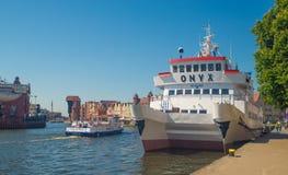 Cityscape van Oude Stad met toeristenschepen in Gdansk stock foto's