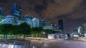 Cityscape van Parijs met moderne gebouwen in de Defensie van bedrijfsdistrictsla timelapse hyperlapse 's nachts De moderne bouw stock video
