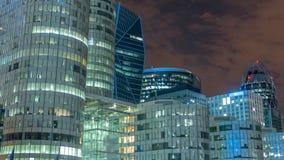 Cityscape van Parijs met moderne gebouwen in de Defensie van bedrijfsdistrictsla timelapse 's nachts De wolkenkrabbers van de gla stock footage