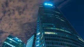 Cityscape van Parijs met moderne gebouwen in de Defensie van bedrijfsdistrictsla timelapse 's nachts De wolkenkrabbers van de gla stock video