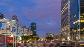 Cityscape van Parijs met moderne gebouwen in de Defensiedag van bedrijfsdistrictsla aan nacht timelapse De wolkenkrabbers van de  stock video