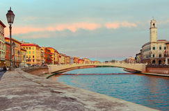 Cityscape van Pisa met Arno-rivier en Ponte Di Mezzo brug Toscanië, Italië Stock Foto's