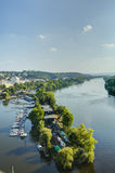 Cityscape van Praag in een middagzon met Vltava-rivier die door het stadscentrum vloeien, Tsjechische republiek Stock Foto