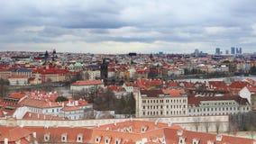 Cityscape van Praag met Charles-brug stock videobeelden