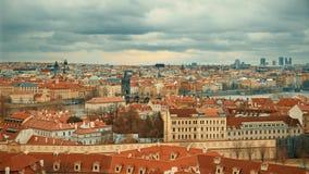 Cityscape van Praag met Charles-brug stock video
