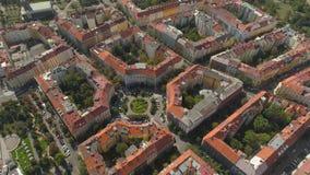 Cityscape van Praag, Vlucht over de stad Satellietbeeld van het de stadspanorama van Praag van hierboven stock video