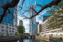 Cityscape van Rotterdam met kanaal en gebouwen royalty-vrije stock fotografie