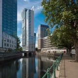 Cityscape van Rotterdam met kanaal en gebouwen royalty-vrije stock foto's