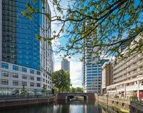 Cityscape van Rotterdam met kanaal en gebouwen stock afbeeldingen