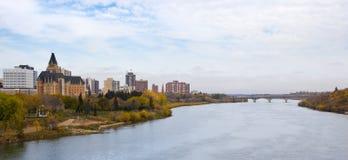 Cityscape van Saskatoon door de Rivier Zuid- van Saskatchewan Stock Afbeelding