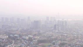 Cityscape van Seoel in smog stock footage