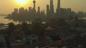 Cityscape van Shanghai bij Zonsopgang Huangpu en Lujiazui-District China Lucht Mening stock footage