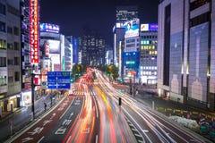 Cityscape van Shinjuku-district met verkeerslichten op de straat van Tokyo, Japan Stock Foto