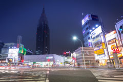 Cityscape van Shinjuku-district met verkeerslichten op de straat van Tokyo, Japan Stock Foto's