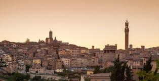 Cityscape van Siena bij zonsondergang, Toscanië, Italië Stock Foto's