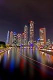 Cityscape van Singapore bij nacht Stock Afbeeldingen