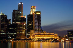 Cityscape van Singapore bij nacht, Singapore - 30 Juli 2011 Stock Afbeelding
