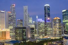 Cityscape van Singapore bij schemer Stock Afbeelding