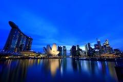 Cityscape van Singapore in de avond Stock Afbeeldingen