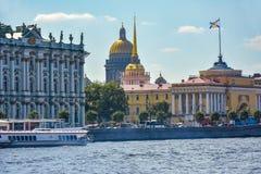 Cityscape van St. Petersburg met St Isaac Kathedraal, Kluismuseum en Admiraliteit, Rusland stock fotografie
