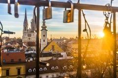 Cityscape van stad Zagreb, romantische komstscènes stock foto's