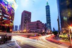 Cityscape van Taipeh bij schemering in de stad van Taiwan Stock Afbeelding