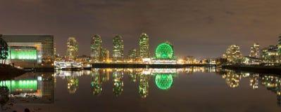 Cityscape van Vancouver BC door Valse Kreek bij Nacht Stock Afbeeldingen