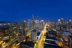 Cityscape van Vancouver BC langs Robson Street bij Blauw Uur Stock Foto's