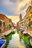 Cityscape van Venetië Rio San Barnaba, waterkanaal, kerk en boten Italië stock afbeeldingen