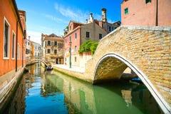 Cityscape van Venetië, waterkanaal, brug en traditionele gebouwen Stock Foto's