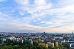 Cityscape van Wenen bij zonsondergang, mengeling van verschillende leeftijden, stijlen en kleuren Stock Afbeeldingen
