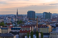 Cityscape van Wenen bij zonsondergang, mengeling van verschillende leeftijden, stijlen en kleuren Royalty-vrije Stock Foto