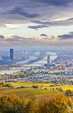 Cityscape van Wenen en Donau in de herfst bij schemer Stock Foto's