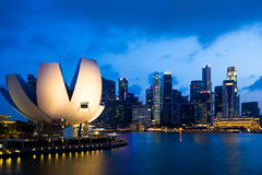 Cityscape van wolkenkrabber de van de binnenstad van de de stadshorizon van Singapore bij schemer Royalty-vrije Stock Afbeeldingen