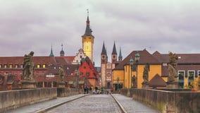 Cityscape van Wurzburg van de brug van Alte Mainbrucke stock footage