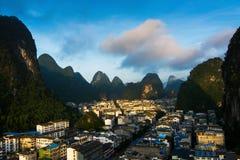 Cityscape van Yangshuo in China en beroemde karst vormingen Royalty-vrije Stock Afbeeldingen