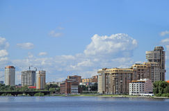 Cityscape van Yekaterinburg, de stadsvijver Stock Foto