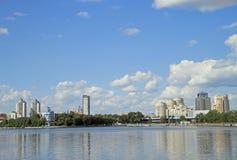 Cityscape van Yekaterinburg, de stadsvijver Royalty-vrije Stock Foto's