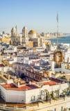 Cityscape vid Atlanticet Ocean med den berömda domkyrkan av Cadiz, royaltyfri foto