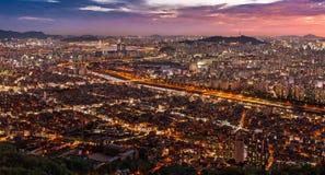 Cityscape vid nattsikt Arkivbild