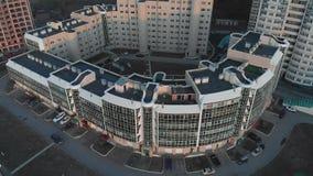 cityscape Wohnkomplex auf der Flussbank Luftgesamtl?nge von einem Hubschrauber zur Sonnenuntergangzeit stock footage