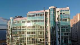 cityscape Wohnkomplex auf der Flussbank Luftgesamtl?nge von einem Hubschrauber zur Sonnenuntergangzeit stock video