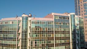 cityscape Wohnkomplex auf der Flussbank Luftgesamtl?nge von einem Hubschrauber zur Sonnenuntergangzeit stock video footage